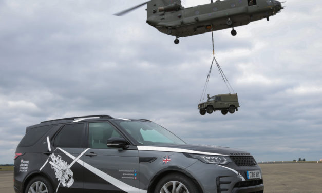 Land Rover bo pomagal znameniti RAF Chinook Display Team s podporo za tla.