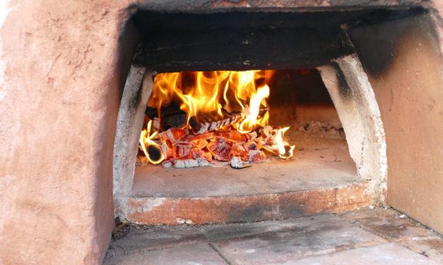 Baut (a kacht an) en Holz gebrannt Pizzaofen